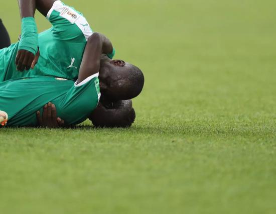 塞内加尔队球员在比赛后庆祝。新华社记者费茂华摄