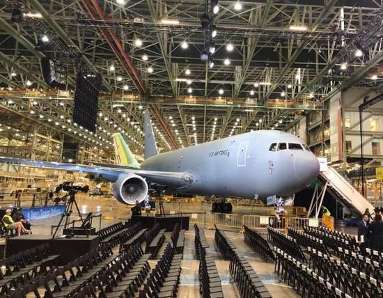 图为艾弗莱特工厂生产线上的KC46加油机