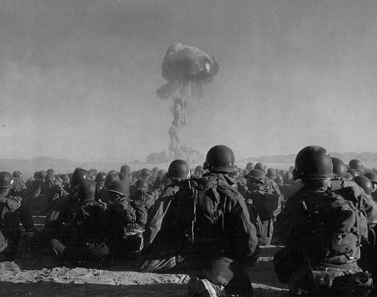 上世纪50年代,在无防护条件下,参加向爆心突击试验的美军士兵(《防务新闻》周刊配图)
