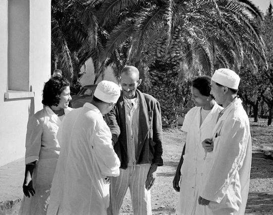 1966年12月14日,一名阿尔及利亚老人向中国医生倾诉自己病况迅速好转的愉快心情。新华社发