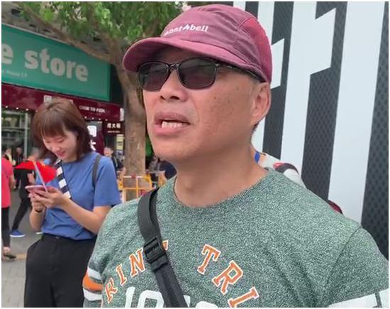 香港老市民刘先生在尖沙咀五支旗杆处接受环球时报-环球网记者采访。