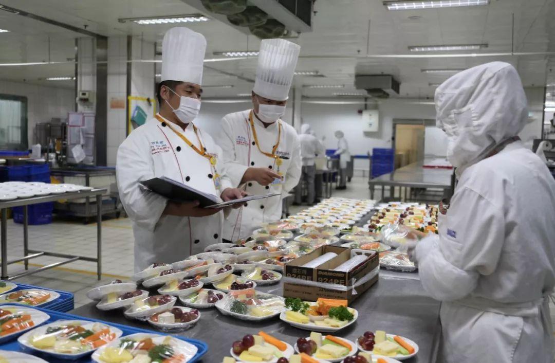 厨师长检查餐食。