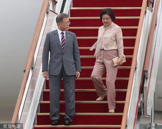 文正在寅佳耦完毕西北亚拜候返国。/视觉中国