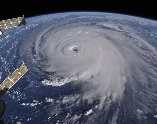 """▲国际空间站拍下的""""佛罗伦萨""""风暴眼 图据《每日邮报》"""