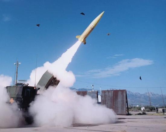 正在试射ATAMCS的美军HIMARS火箭炮。图源:外媒