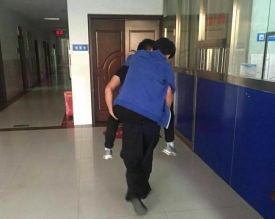 特警救下男子后迅速将其送医,经医院检查男子身体无大碍
