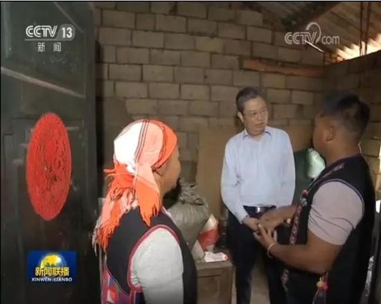 陈希在贵州调研期间,也走访慰问贫困户,询问扶贫政策、项目、资金落实得怎么样,生活还有什么困难等。