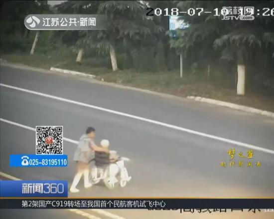 突然一辆白色轿车快速驶过,瞬间,画面上就只剩下了坐在轮椅上的老人。