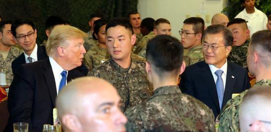 特朗普在驻韩美军基地与文在寅共进午餐