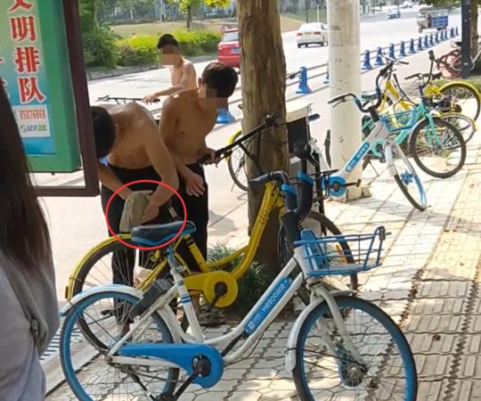 三个男子石头猛砸共享单车锁 开锁后直接骑走