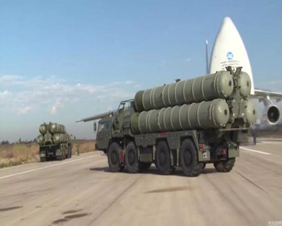 图为俄罗斯将最先进的S-400防空导弹系统部署至俄空军驻扎在叙利亚Hmeymim空军基地场景