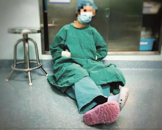 2020年1月27日,武汉一家医院的手术麻醉科***刚下手术就累得睡着了。