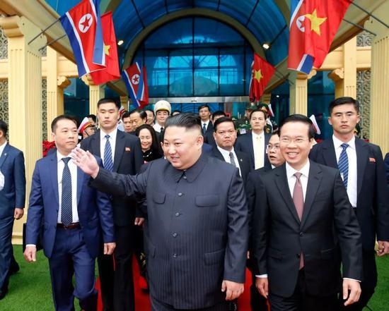 这张由越南通讯社提供的照片显示,2月26日,朝鲜最高领导人金正恩(中)乘坐专列抵达越南北部谅山省同登火车站。新华社发