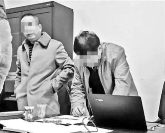 张宇(左1)正在事情中