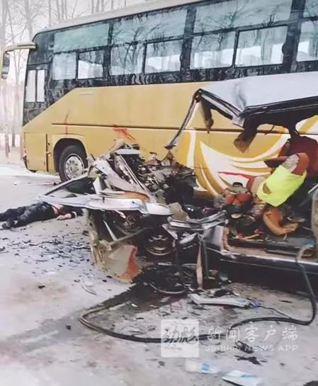 哈尔滨一辆面包车与客车相撞 致7人死亡1人受伤