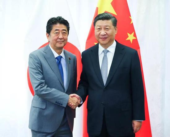 9月12日,国度主席习近平在符拉迪沃斯托克会晤日本首相安倍晋三。新华社记者 谢环驰 摄
