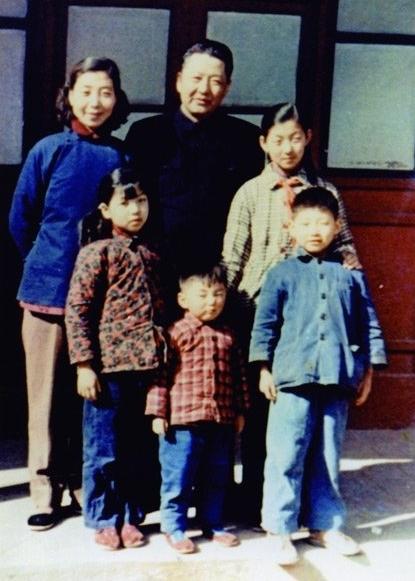 ▲ 1959年,同心与家人在一路。