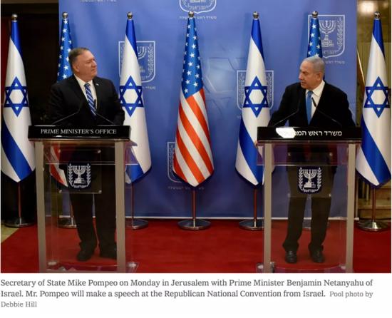 当地时间8月24日,蓬佩奥在耶路撒冷与以色列总理内塔尼亚胡会面。/《纽约时报》网站截图