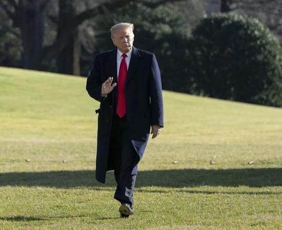 ▲當地時間2019年1月6日,美國華盛頓,美國總統川普離開白宮前往戴維營,接受記者採訪。(視覺中國)