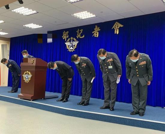 台防务部分代表鞠躬道歉 图源:台湾团结报