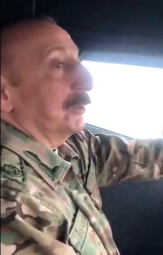 阿塞拜疆总统驾车视察纳卡地区 跪地亲吻国旗(图)