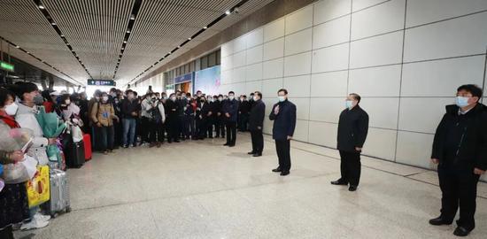 湖北省委书记、省长专程接258人回家图片