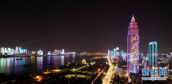 """武汉夜晚的""""战疫灯光秀""""(4月14日摄)。 新华社记者 王毓国 摄"""
