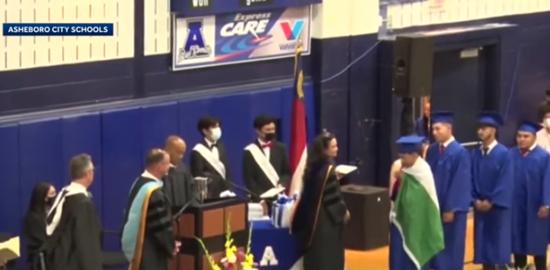 美高中生毕业典礼身披墨西哥国旗 被取消毕业证