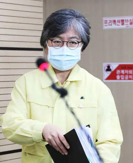 """8月17日,郑银敬在新闻发布会上介绍了韩国的疫情,表示""""疫情正在以可怕的速度在全国扩散""""。韩联社图"""