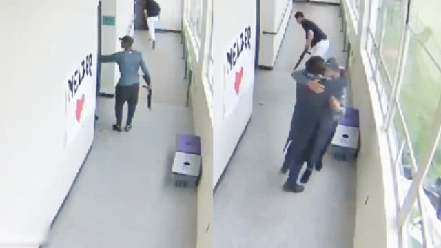 视频-英勇!美高中生持枪闯进教室 体育老师枪口下这一抱救了全班学生