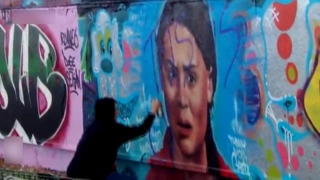 """视频-加拿大抗议者涂鸦瑞典环保少女壁画""""说谎!这是石油国家"""""""