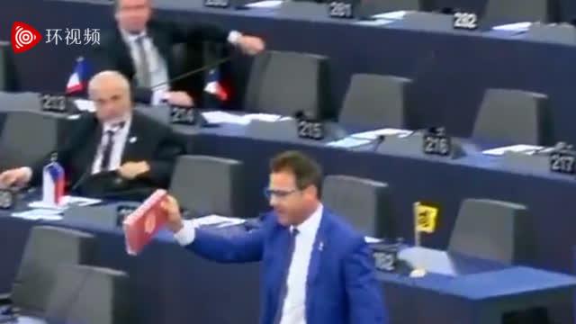 视频-抗议土耳其在叙北行动 欧洲议会议员将一盒对方送的巧克力扔到地上