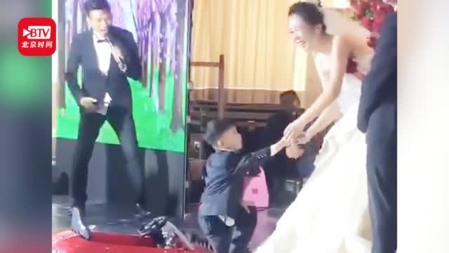 视频-4岁男孩开童车给新婚姐姐送戒指 一个操作瞬间笑翻全场