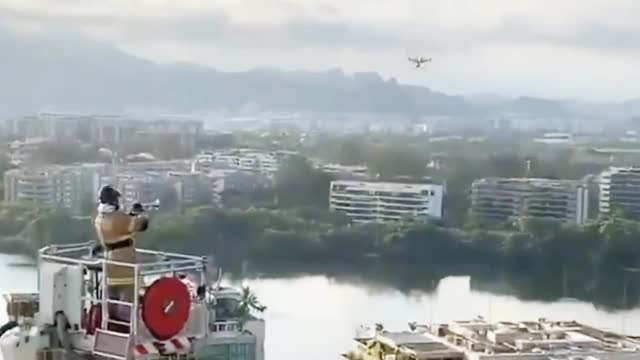 巴西消防员50米云梯上开音乐会 群众捧场欢呼 一扫阴霾