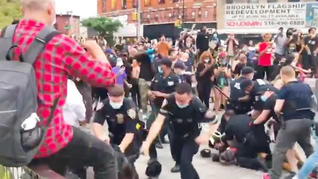 纽约抗议活动遭警察暴力清场 示威者扬言:推翻资本主义