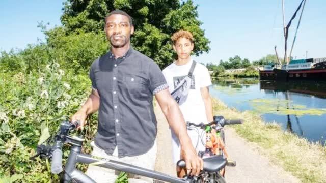 """因""""骑单车""""被怀疑持刀伤人 英国13岁黑人男孩遭警察暴力拘捕"""