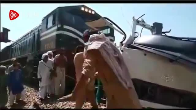 巴基斯坦发生一起火车与客车相撞事故 致多人死伤
