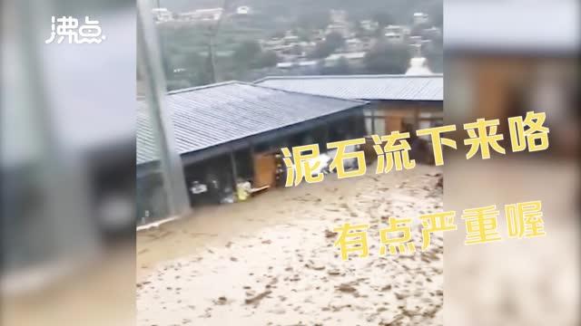 实拍泥石流如混凝土般灌入民房多车陷入泥水中无法动弹