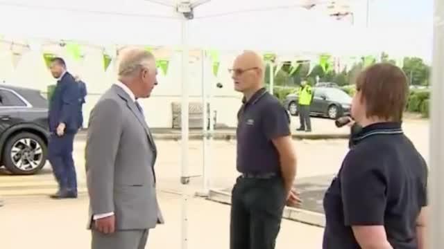 英国超市配送中心男子受查尔斯王子接见时突然昏倒