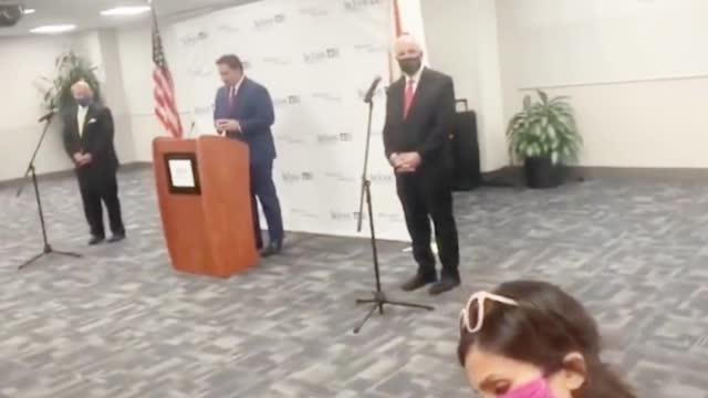 """佛罗里达州确诊人数一夜暴增15000例 州长当众被男子大骂""""不要脸"""""""