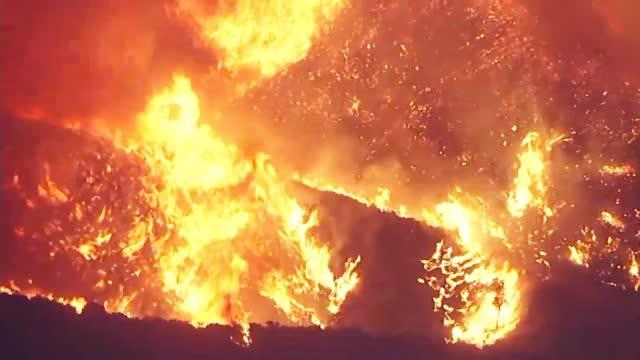 """美国加州山火重燃:3小时燃至4000多公顷 火光照亮夜空宛如""""炼狱"""""""