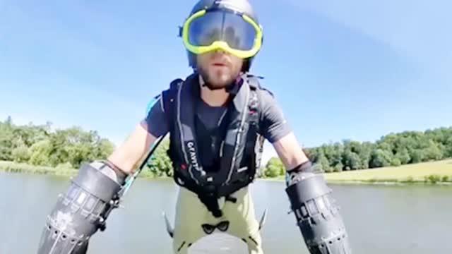 """国外一公司设计的新款飞行套装 穿上秒变""""钢铁侠"""""""