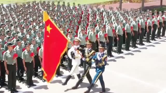 驻港部队退役老兵告别军旗 现场宣誓:若有战 召必回!