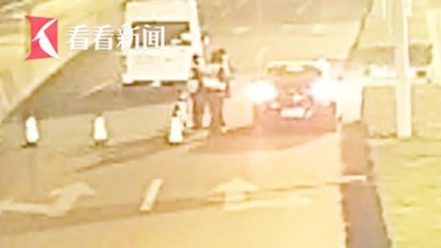 男子醉驾冲卡踹伤民警脸部:不当心反抗了一下