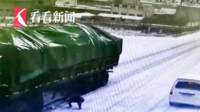 雪天货车失控路人搬石头止停 女子跪谢:救了我哥的命!