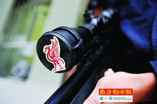 狙击枪目镜保护盖上贴了个喜鹊图案,冯仲根说这是对自己的暗示,让自己更专注。
