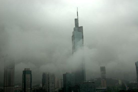 """""""南京第一高楼""""紫峰大厦。"""