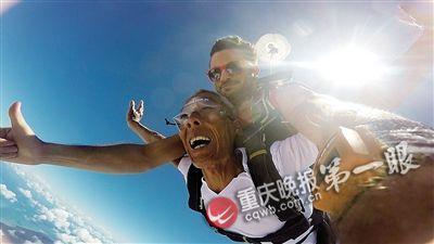 ▲保全平在锻练的帮忙下从4200多米的高空跳伞庆贺金婚