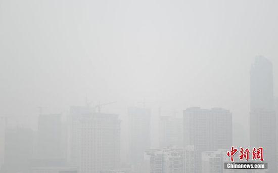 """站在高处一眼望去,笼罩在雾霾之中的高楼大厦若隐若现,犹如""""空中楼阁""""。"""