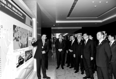 李克强同与会各国领导人参观河南省同上合组织成员国合作成果展。新华社发